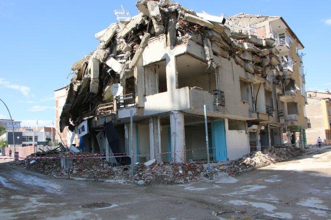 Kontrollü yıkımda hasarlı bina böyle çöktü