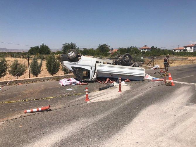Lastiği patlayan kamyonet bariyerlere çarpıp ters döndü: 1 ölü, 2 yaralı