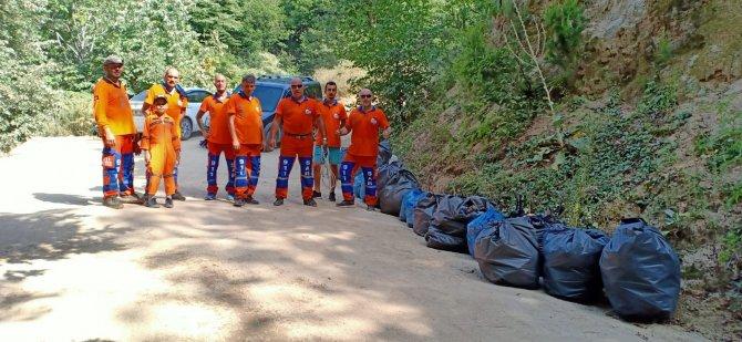 Ormandaki cam şişeleri topladılar
