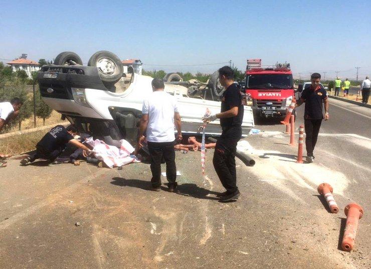 Refüje çarpan kamyonet ters döndü: 1 ölü, 2 yaralı