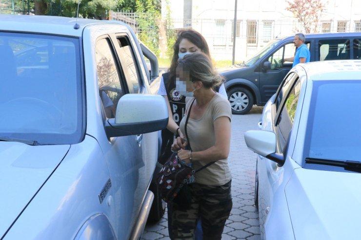 Çantasından uyuşturucu çıkan kadından gazetecilere tepki