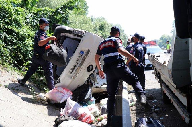 TEM'de kontrolden çıkarak bariyerlere çarpan araç devrildi: 1'i ağır 6 yaralı
