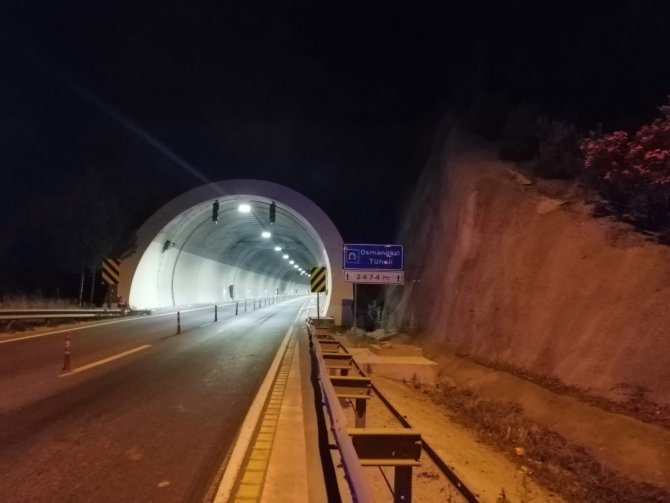 Tünel içinde alev alan tır hurdaya döndü