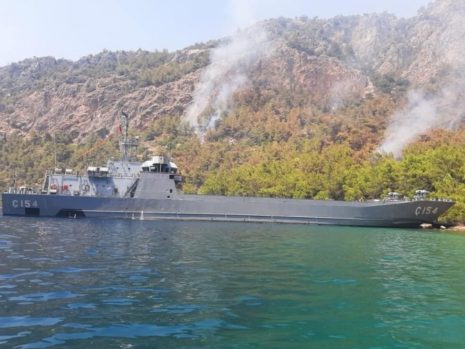 Deniz Kuvvetleri yangına müdahale ediyor