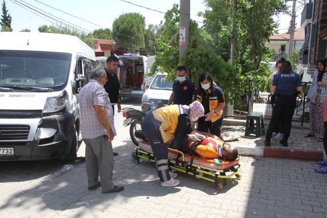 Motosiklet ile minibüs kafa kafaya çarpıştı: 2 yaralı