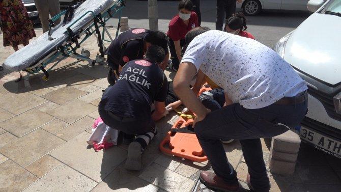 Otomobilin çarptığı genç kız metrelerce savruldu