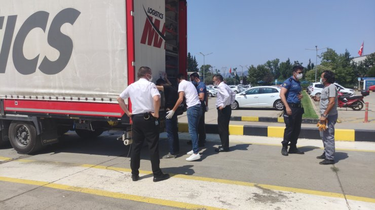 Sürücü ihbar etti, TIR'ın dorsesindeki 2 kaçak göçmen yakalandı