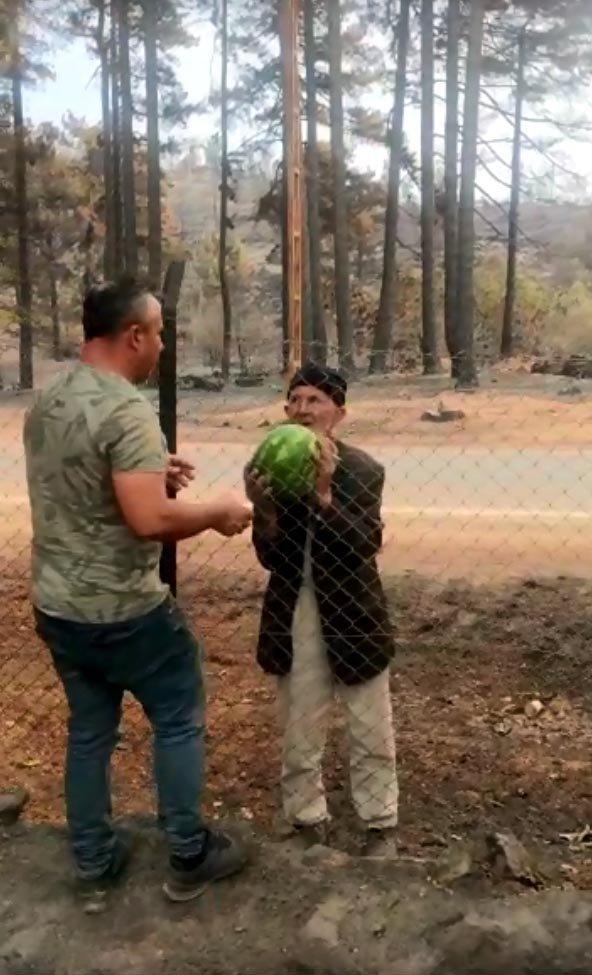 Yanan evinin bahçesindeki karpuzları orman işçilerine ikram etti