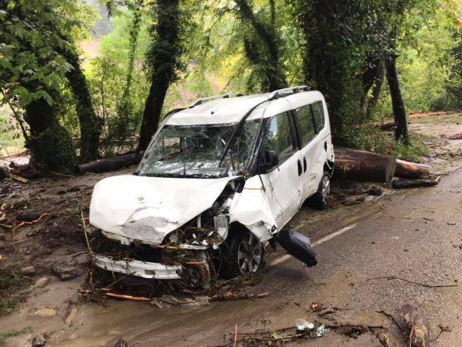 Çöken yola düşen iki araçtaki 12 kişi camlardan çıkarak kurtuldu