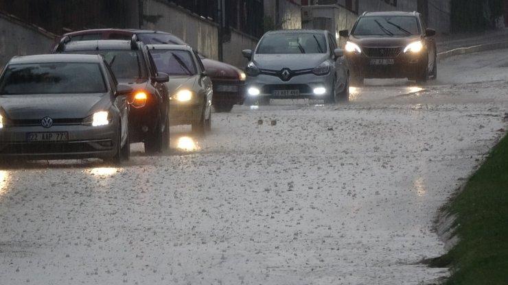 Edirne'de yağmur caddeleri göle çevirdi, Tekirdağ'da okulun bahçesine yıldırım düştü