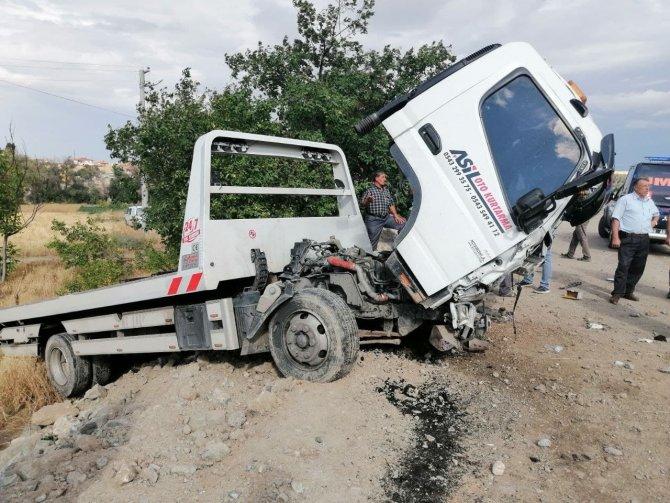 Otomobil ile oto kurtarıcı çarpıştı: 2 ölü, 1 yaralı