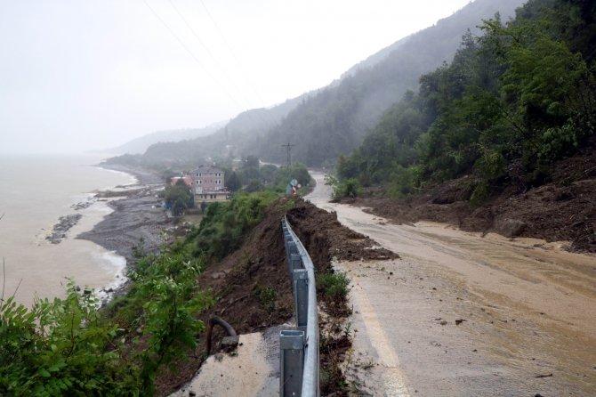 Sele teslim olan Ayancık'a yollar geçit vermiyor