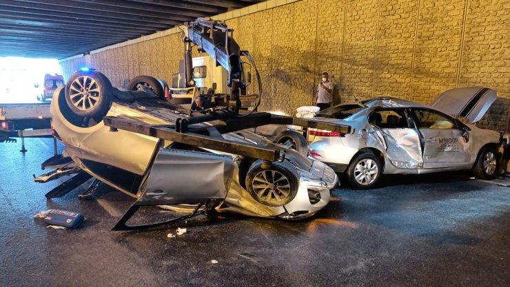 Alt geçitte otomobil takla attı: 4 yaralı