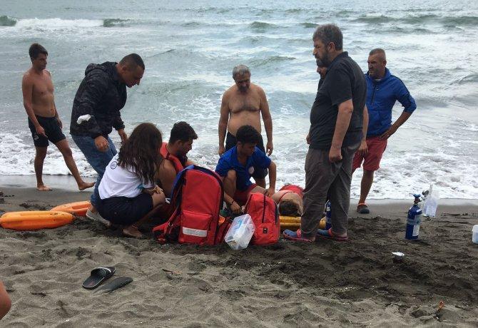 Boğulma tehlikesi geçiren kadını cankurtaranlar kurtardı