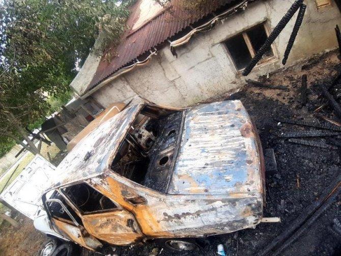çerisinde otomobil bulunan gecekondu alev alev yandı
