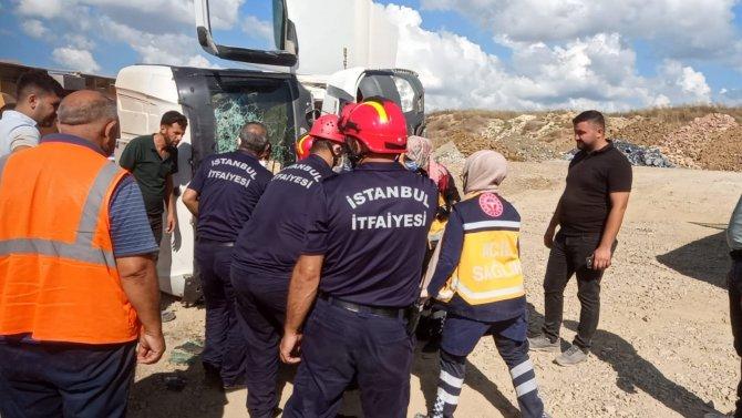 Devrilen hafriyat kamyonunun içinde sıkışan sürücü yaralandı