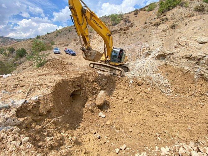 Elazığ'da sel ve heyelan nedeniyle bozulan köy yollarında onarım çalışmaları sürüyor