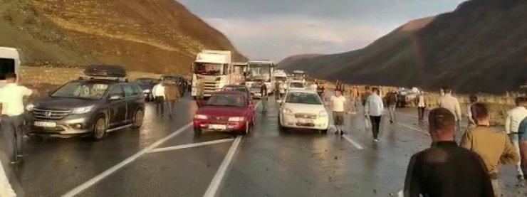 Erzincan-Sivas karayolunda heyelan meydana geldi