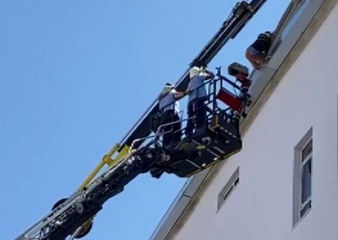 İnşaat işçisi çatıda asılı kaldı