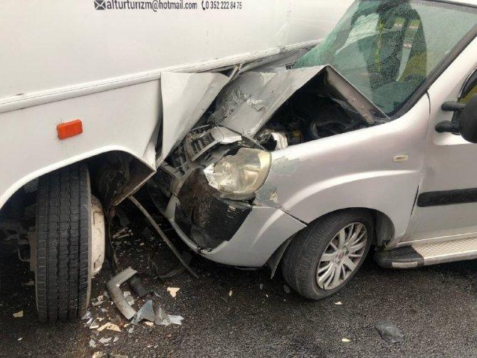 İşçi servisi ile ticari araç çarpıştı: 1 yaralı
