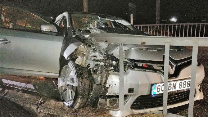 Otomobil korkuluklara ok gibi saplandı: 2 yaralı