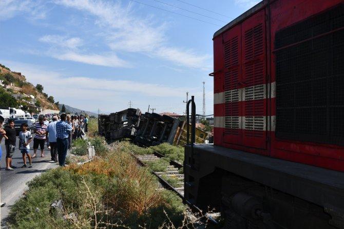 Tır, trenin önüne devrildi, facianın eşiğinden dönüldü