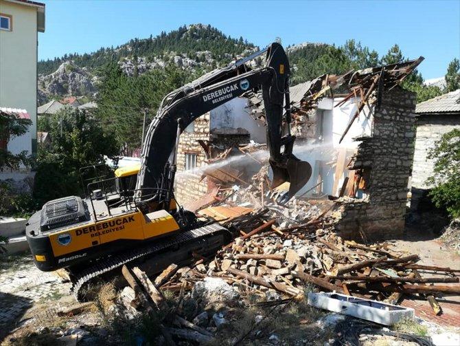 Depremde ağır hasar gören binanın yıkımı gerçekleştirildi