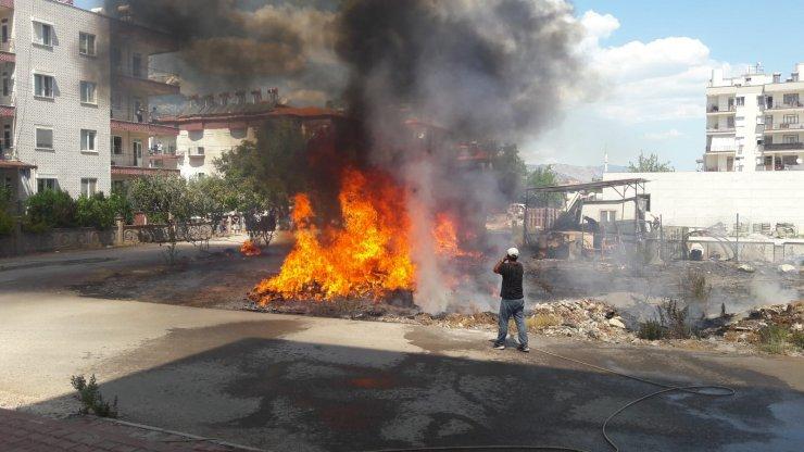 Alevler arasında kalan hurda aracın patlaması kamerada