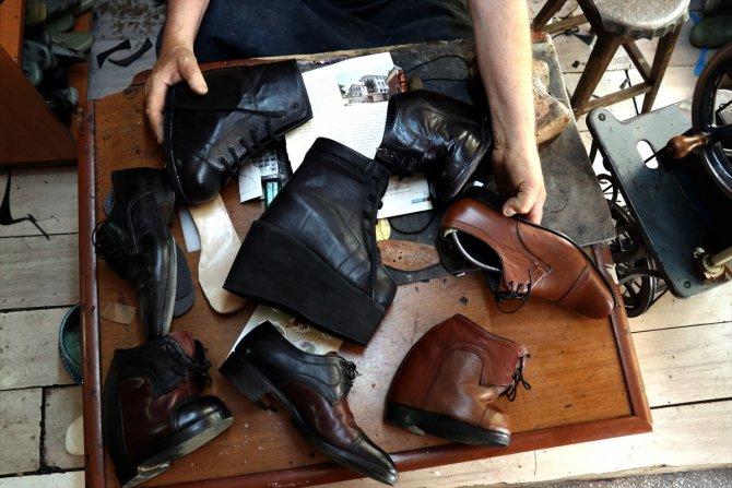 Konyalı Mehmet Usta, 24 yıldır kendisi gibi yürüme engelli olanlara özel ayakkabı üretiyor