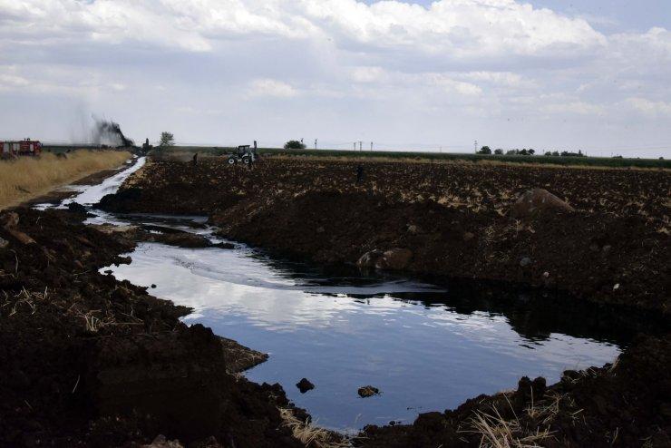 Boru hattı delindi; ham petrol metrelerce fışkırdı