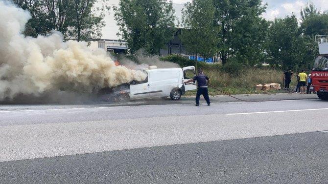 Hafif ticari araç otoyolda alev alev yandı