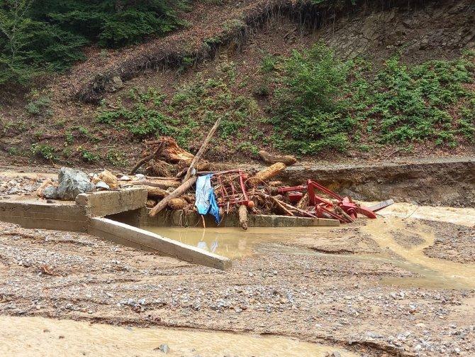 Kepçe ve traktör sel sularında hurdaya döndü