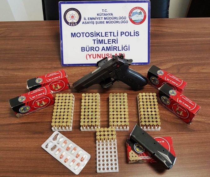 Kütahya'da bir araçta bulundurma ruhsatlı tabanca ve uyuşturucu hap ele geçirildi