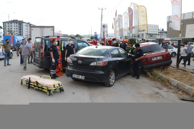 Otomobil park halindeki 3 araca çarptı: 1 yaralı