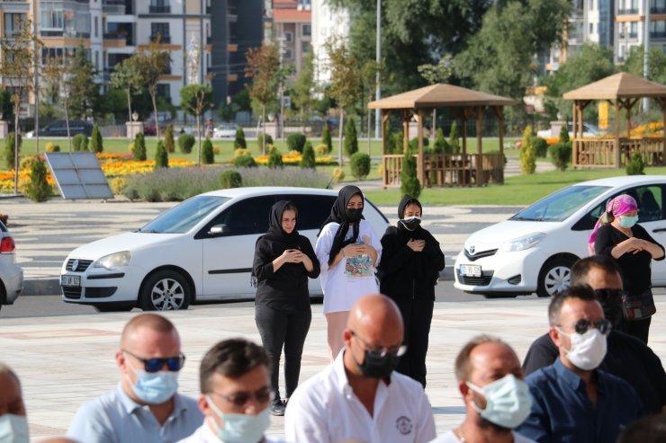 Polis memurunun öldürdüğü eşi ile anne ve babası toprağa verildi