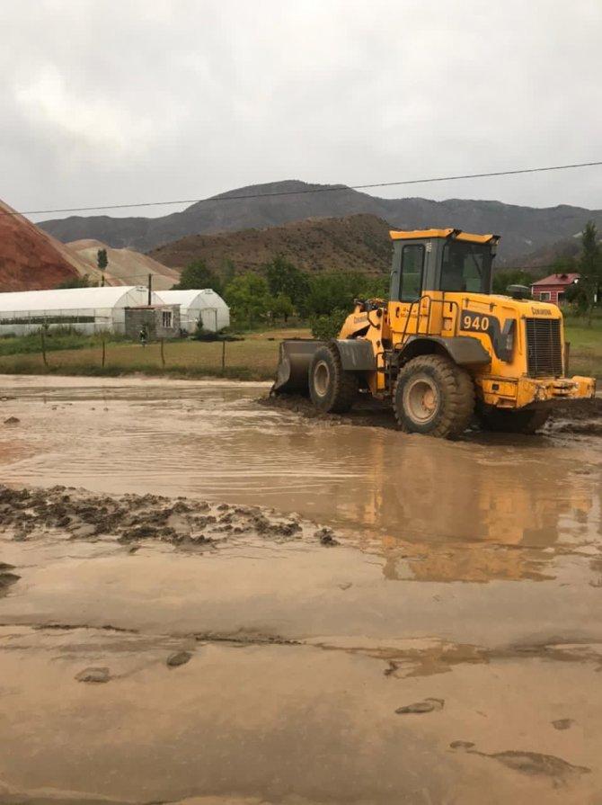 Sağanak yağış sele neden oldu, Oltu-Erzurum karayolu ulaşıma kapandı
