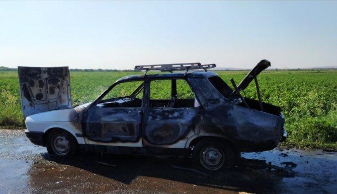 Tarlaya giderken otomobili yandı