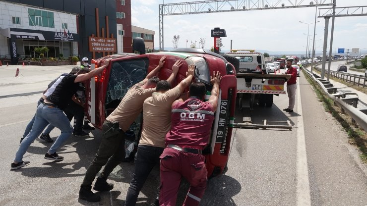 Yangın ihbarına giden ormancıların kamyoneti devrildi: 5 yaralı