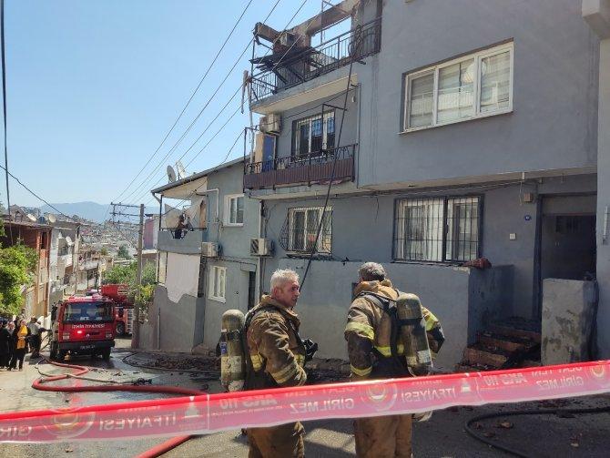 İzmir'de ev alevlere teslim oldu