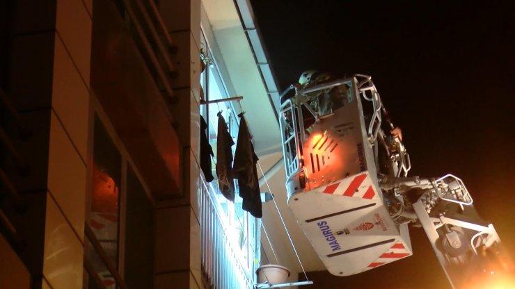 Kadıköy'de 5 katlı binada yangın paniği: 3 kişi dumandan etkilendi