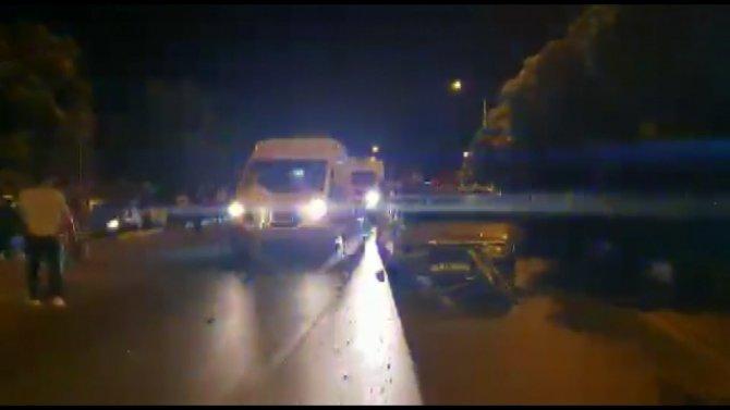Yolun karşısına geçmek isteyen anne ve çocuğuna otomobil çarptı