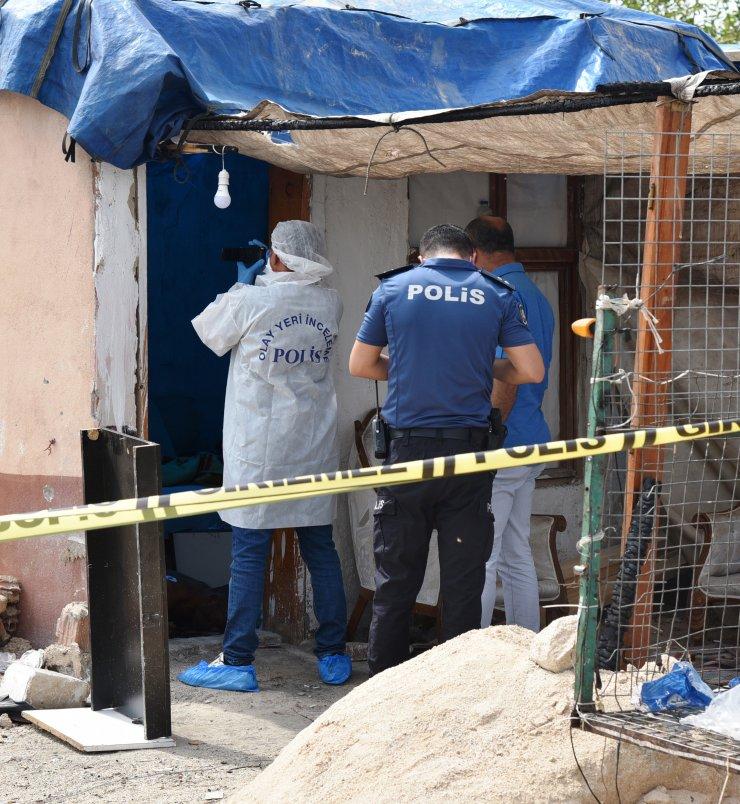 Evinde 5 bıçak darbesiyle öldürülmüş olarak bulundu