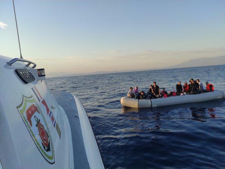İzmir açıklarında 49 kaçak göçmen kurtarıldı