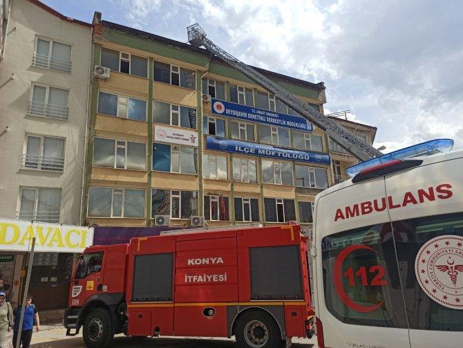 Konya'da 5 katlı binanın çatısında korkutan yangın!