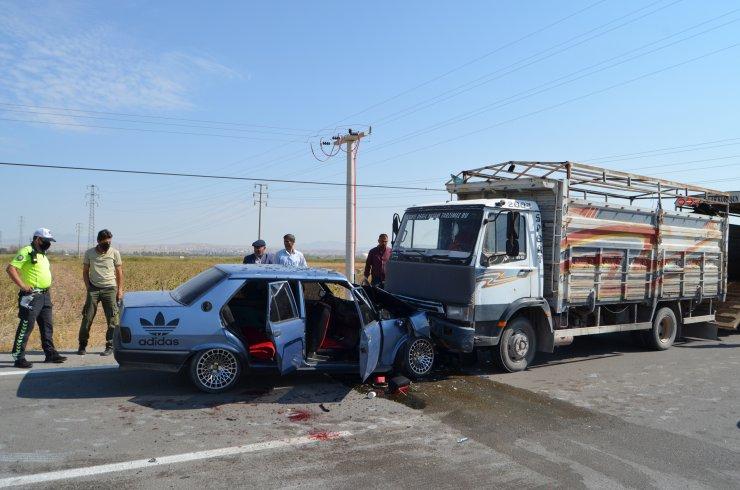 Otomobil ile kamyonet kafa kafaya çarpıştı: 3'ü çocuk, 9 yaralı