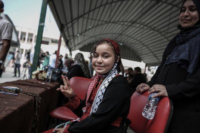 İsrail saldırısında bacağını kaybeden Filistinli küçük kız, Gazze'de törenle karşılandı