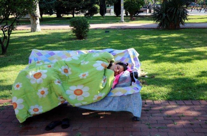 3 aydır parkta yaşayan kadına devlet sahip çıktı