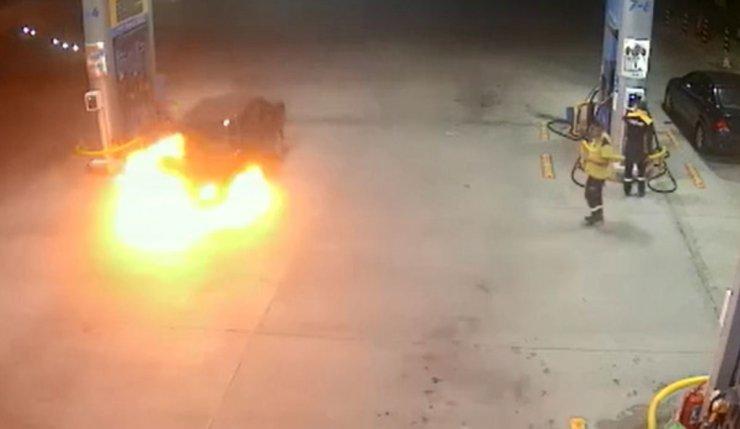 Akaryakıt istasyonunda otomobil alev aldı; kadının çocuğu ile kaçışı kamerada
