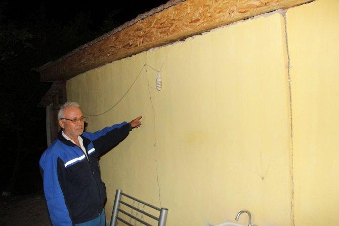 Deprem sonrası ağır hasarlı tespit edilen evdeki 10 kişi çadıra yerleştirildi
