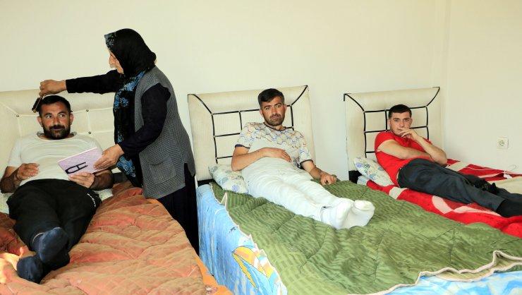 4 engelli çocuğuna hem annelik hem de babalık yapıyor